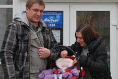 Интервью с усыновителями Константином и Юлией, которые приехали в Томск из Москвы, чтобы удочерить малышку.